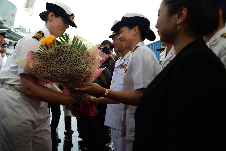 Thuyền trưởng Belinda Wood nhận hoa chào mừng từ phía Hải quân Việt Nam