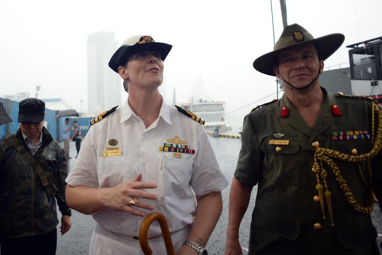 Tàu khu trục sang Việt Nam lần này bao gồm 215 người.