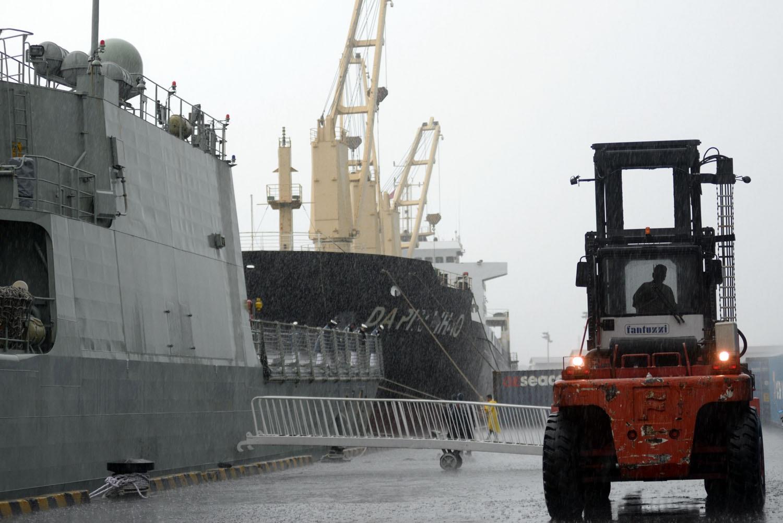 Xe chuyên dụng đưa thang bắc lên tàu giữa trời mưa để các sĩ quan và chỉ huy tàu xuống tàu.
