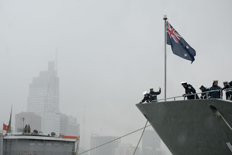Các sĩ quan cố gắng neo tàu trong cơn mưa lớn