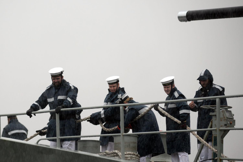 Việc neo tàu trong mưa khá vất vả