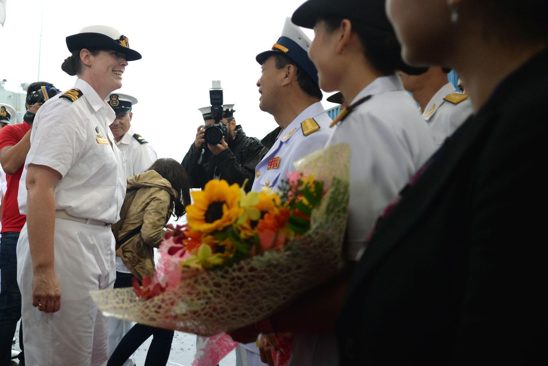 Nữ trung tá Belinda Wood làm thuyền trưởng tàu khu trục HMAS Anzac xuống tàu, thăm TPHCM