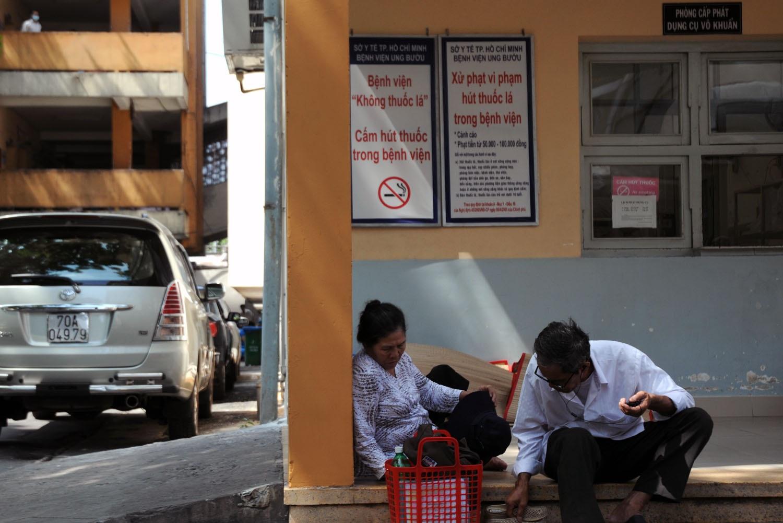 Biển báo cấm hút thuốc và xử phạt được treo khắp nơi trong bệnh viện Ung Bướu (quận Bình Thạnh) để ngăn chặn tình trạng hút thuốc.