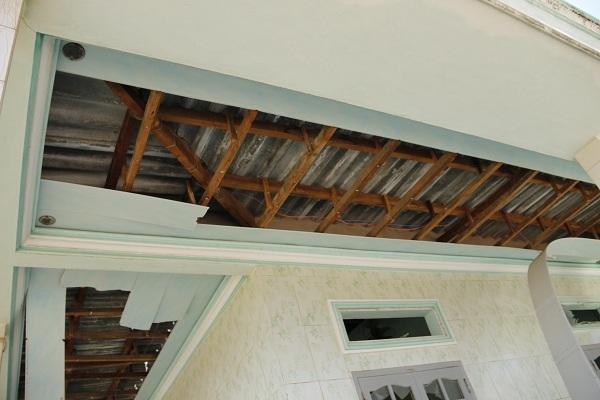 Các nhà xung quanh cũng bị dư chấn làm sập trần nhà, bể cửa kính