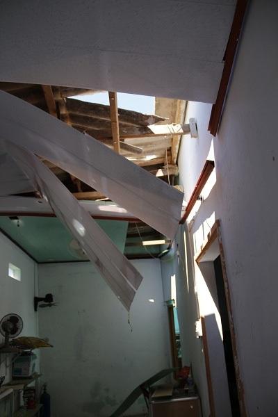 Mái tôn, trần nhà của nhiều căn nhà xung quanh đổ sập