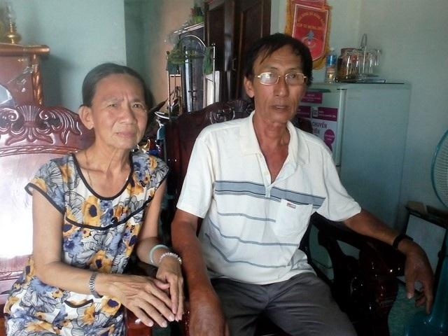 """Ông Khanh và vợ vui mừng sau khi ông thoát """"án tử""""."""