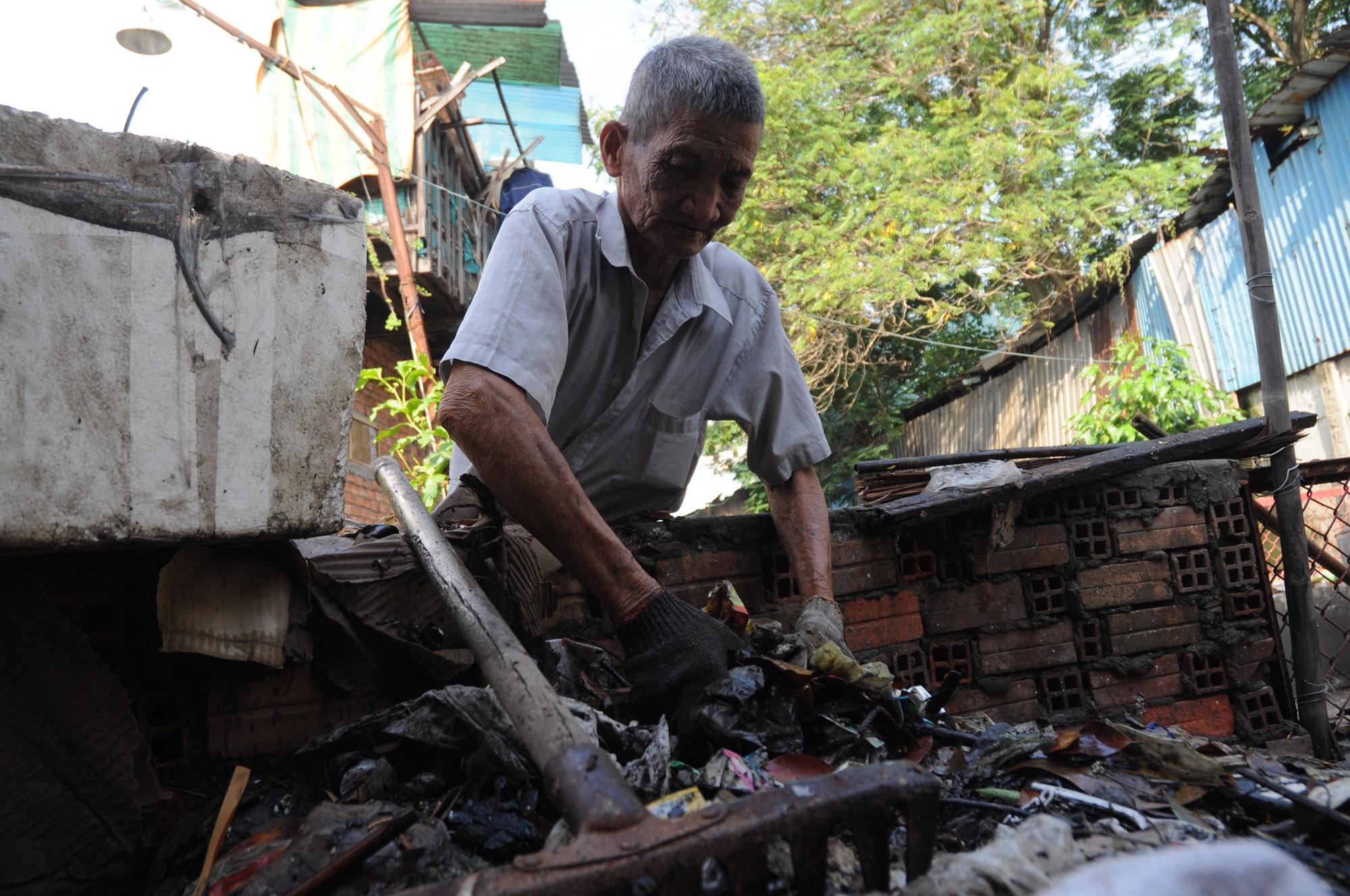 Ông Phạm Văn Tân hơn 30 năm dọn rác không công làm sạch dòng kênh đen
