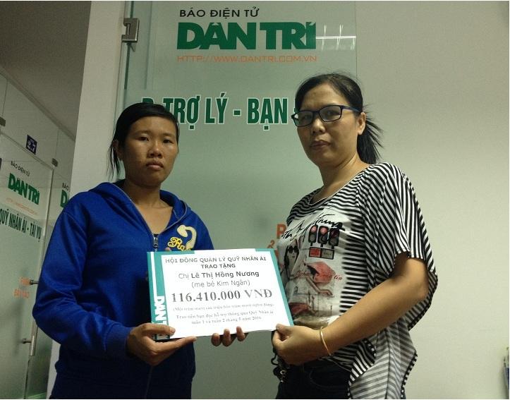 Nhà báo Lý Toàn Thắng, Trưởng văn phòng đại diện báo Dân trí tại TP.HCM trao quà tặng của bạn đọc Dân trí đến gia đình chị Hồng Nương