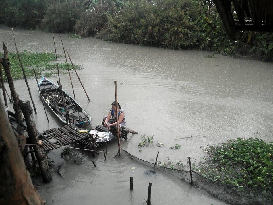 Con thuyền nhỏ là tài sản lớn nhất của gia đình, mọi sinh hoạt ăn uống đều dựa vào nước sông