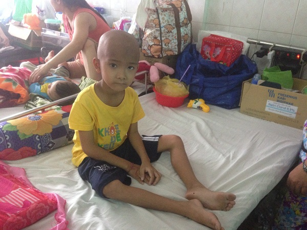 Cha ở quê làm kiếm tiền, còn mẹ con Trí Tâm thì cùng chiến đấu với bệnh tật ở bệnh viện Ung Bướu