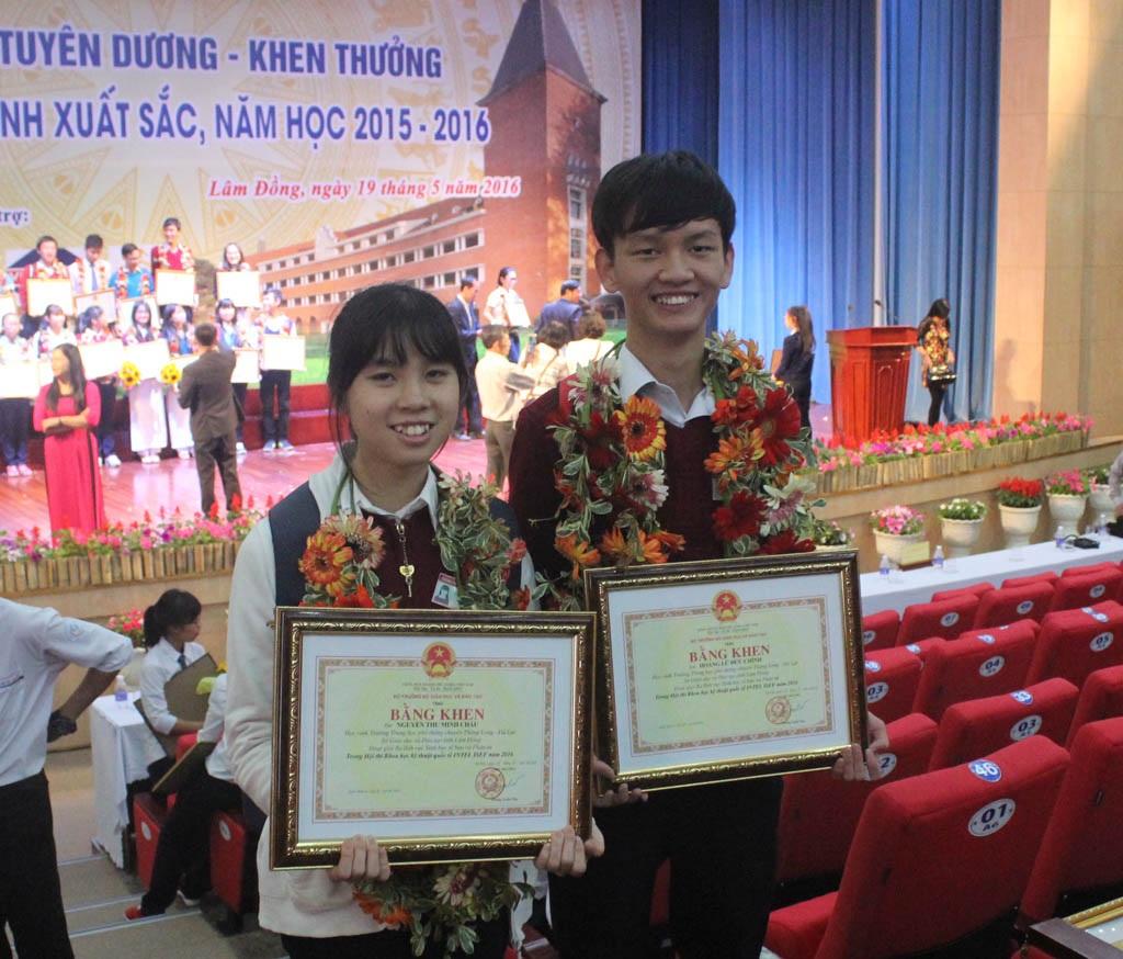 Nguyễn Thu Minh Châu và Hoàng Lữ Đức Chính trong buổi lễ tuyên dương học sinh xuất sắc của tỉnh Lâm Đồng
