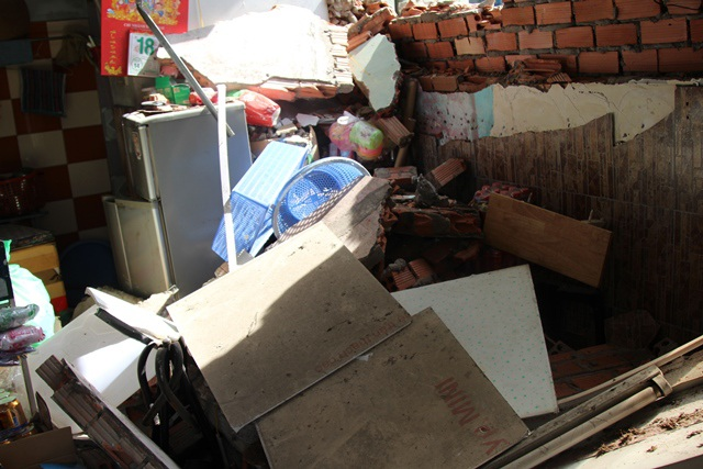Quán nước bị chiếc xe cẩu tự trôi đâm sập một mảng tường.