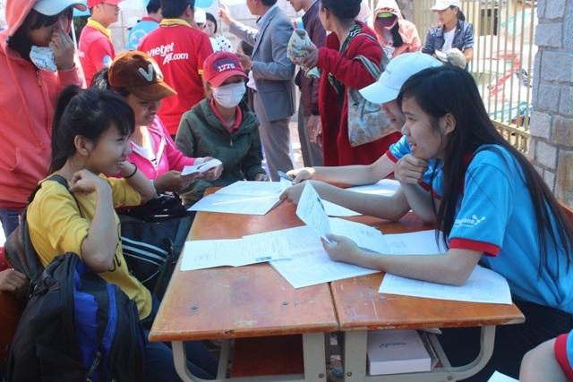 Sinh viên tình nguyện đang tư vấn cho các thí sinh trong kỳ thi tốt nghiệp THPT 2015 tại Đà Lạt