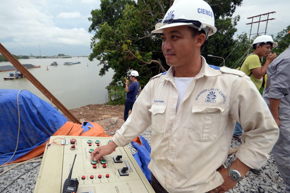 Một kỹ sư sử dụng các thiết bị hiện đại điều khiển tại công trường