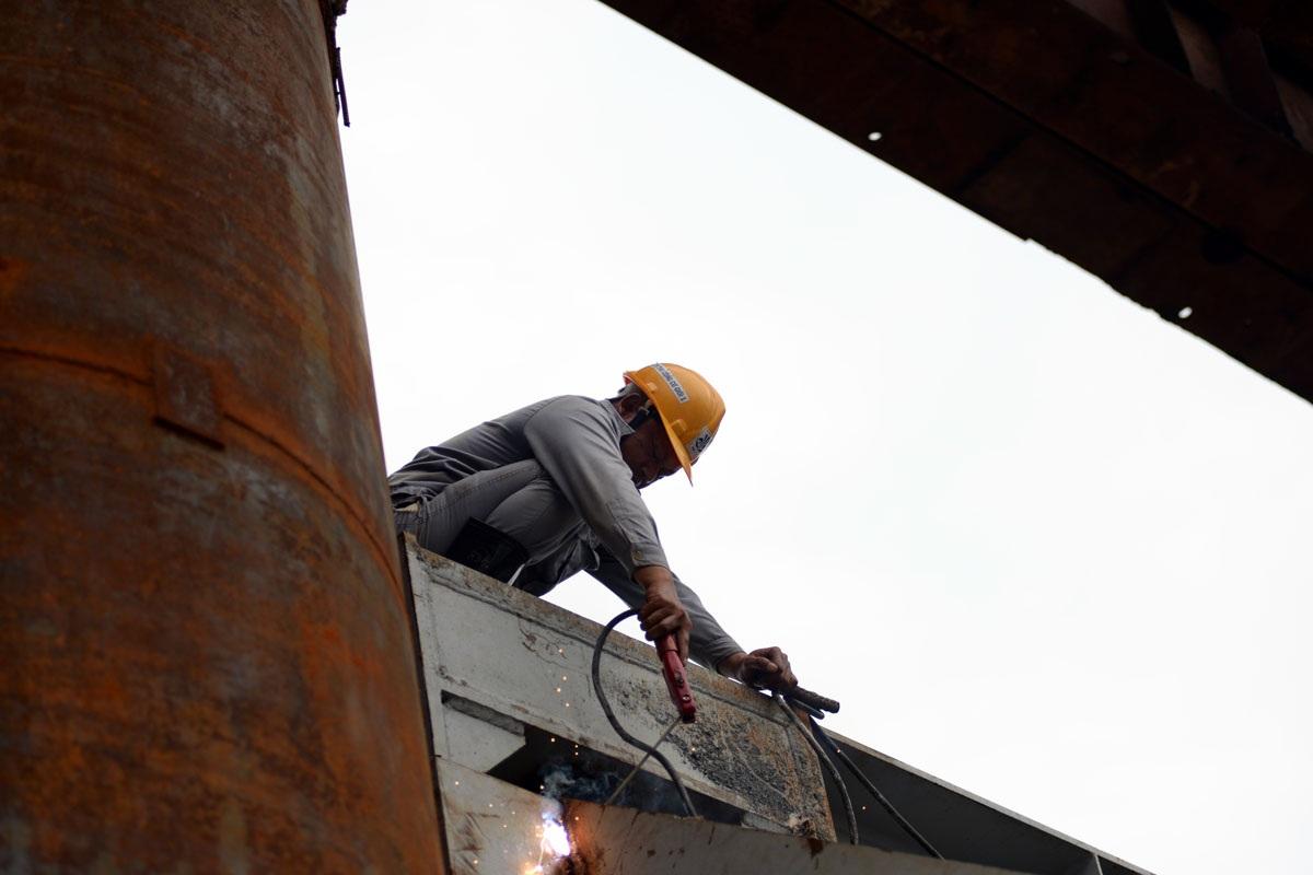 Công nhân hàn lại các mối nối chắc chắn đảm bảo an toàn khi sử dụng