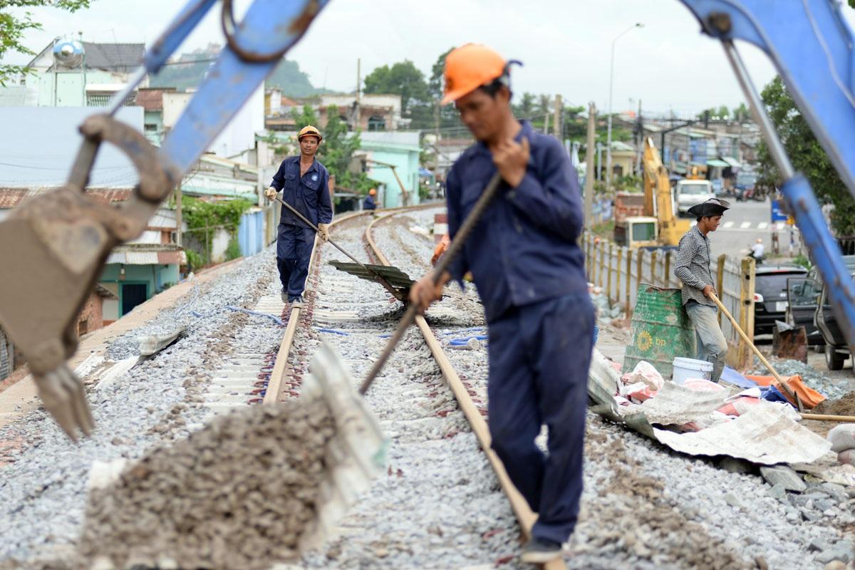 Thanh ray đường sắt ở đường dẫn lên cầu cũng được thi công, sửa sang lại