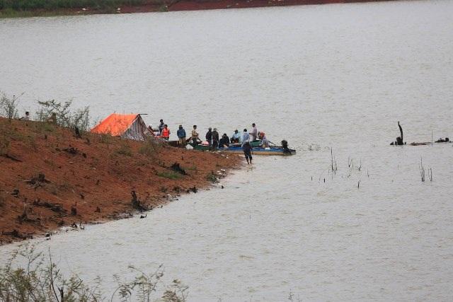 Lực lượng cứu hộ đang tích cực tìm kiếm các nạn nhân bị mất tích trên hồ