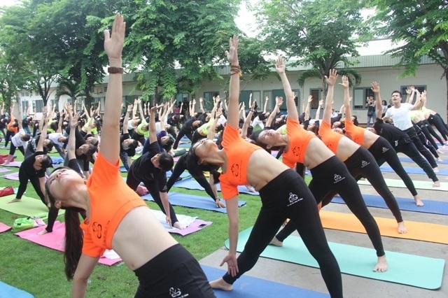 Hơn 500 người tham gia đồng diễn Yoga tại ngày hội Yoga và Thiền