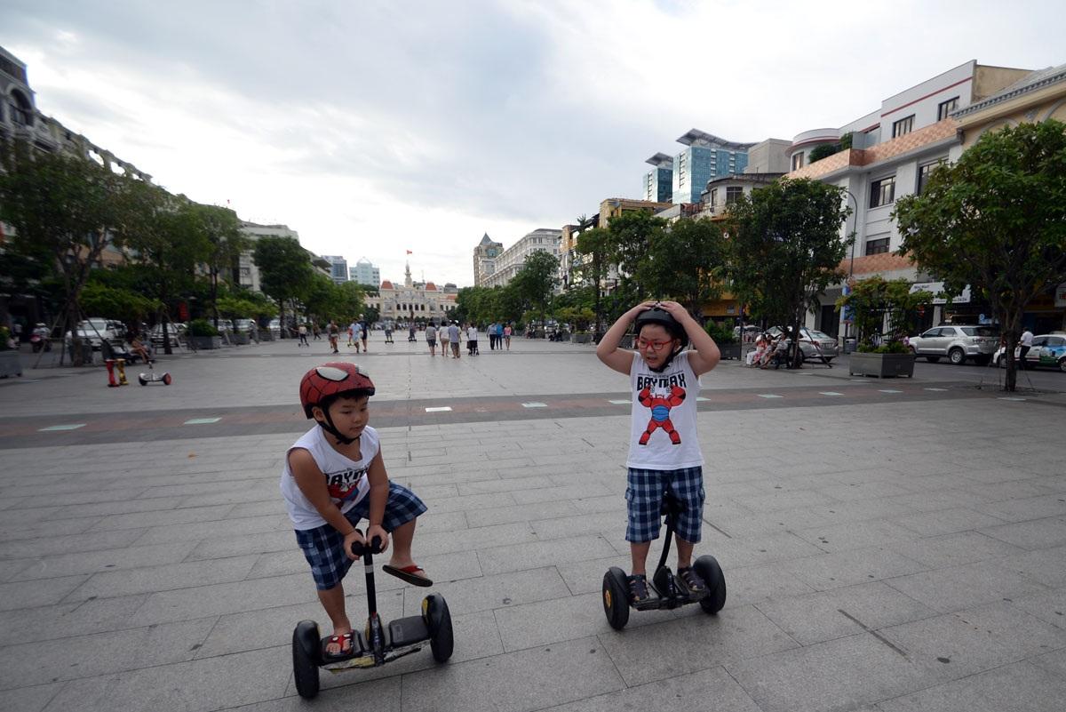 Hai em nhỏ thường xuyên ra chơi trò chơi, để an toàn các em đội nón bảo hiểm