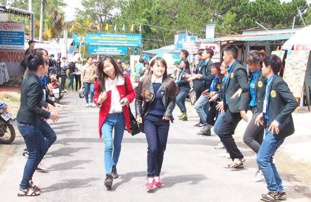 Màn múa dân ca dân vũ khiến các thí sinh thích thú (ảnh Thanh Sơn)