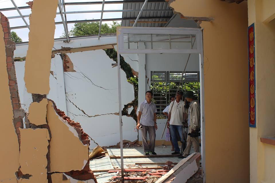 Hàng chục nhà dân vỡ toác, sụp đổ - 2