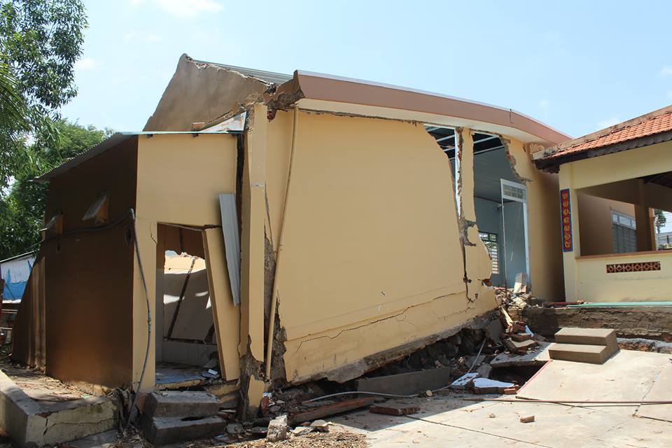 Tình trạng lở đất cũng khiến nhiều nhà cửa của người dân nứt toác tường, sụt lún nền.