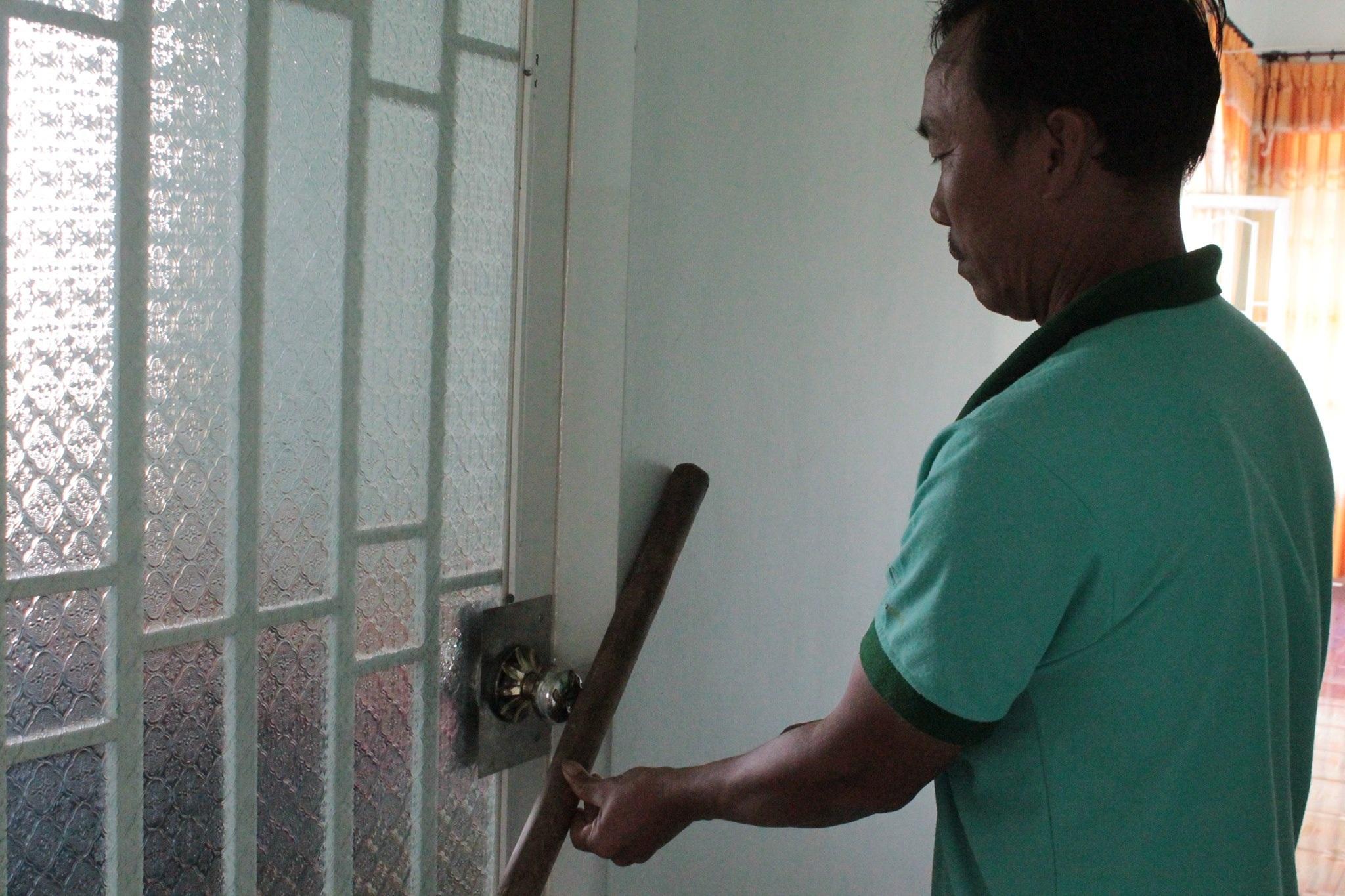 Cửa phòng nơi cháu Phong bị kẻ trộm nhốt lại