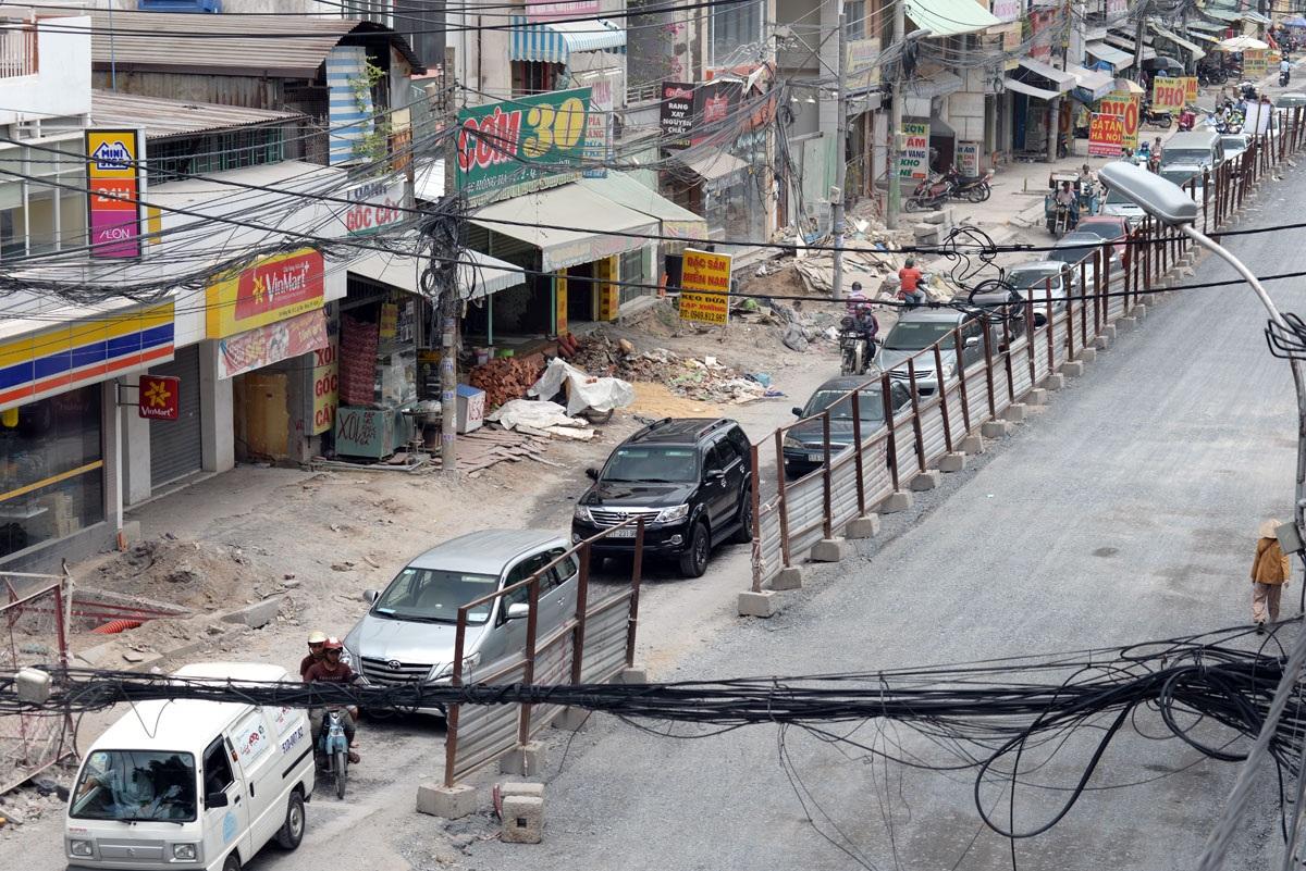 Đường Hồng Hà sau nhiều tháng sửa chữa vẫn chưa hoàn thành. Đoạn đường bị cày xới, bụi mù mịt ảnh hưởng tới người dân hai bên đường và người đi đường