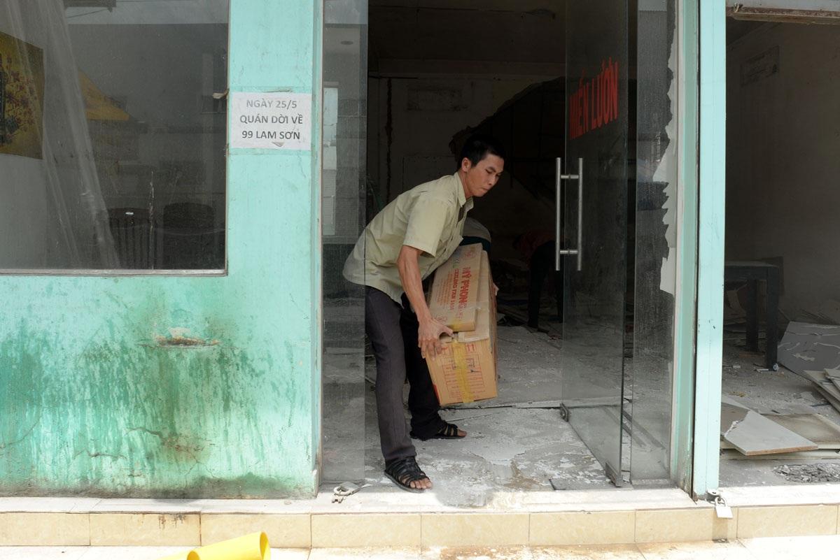 Các hộ kinh doanh lục tục dọn đồ đạc, tìm mặt bằng mới để làm ăn