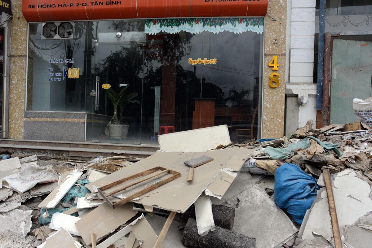 Những đống xà bần chất đầy trước cửa nhà dân, việc kinh doanh gặp khó khăn