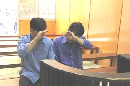 Hai anh em, Sơn (bìa trái) và Phụng tại phiên tòa
