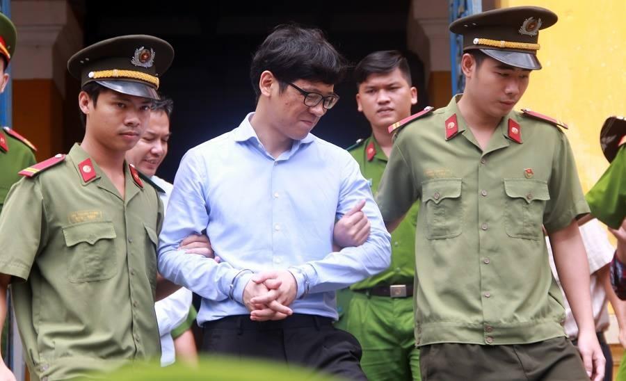 Phan Thành Mai, nguyên Tổng giám đốc VNCB, cánh tay đắc lực giúp Danh thực hiện các giao dịch trá hình để rút vốn VNCB, ra tòa vẫn cười tươi.