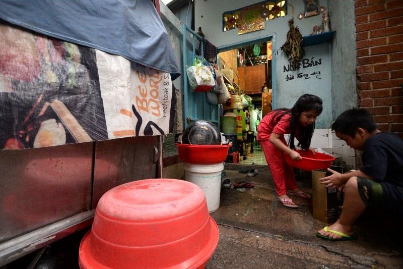 Căn nhà nhỏ xíu 15m2 của gia đình bà Vân nằm trên con hẻm ở đường Lý Tự Trọng, quận 1, nơi tá túc của 20 thành viên.