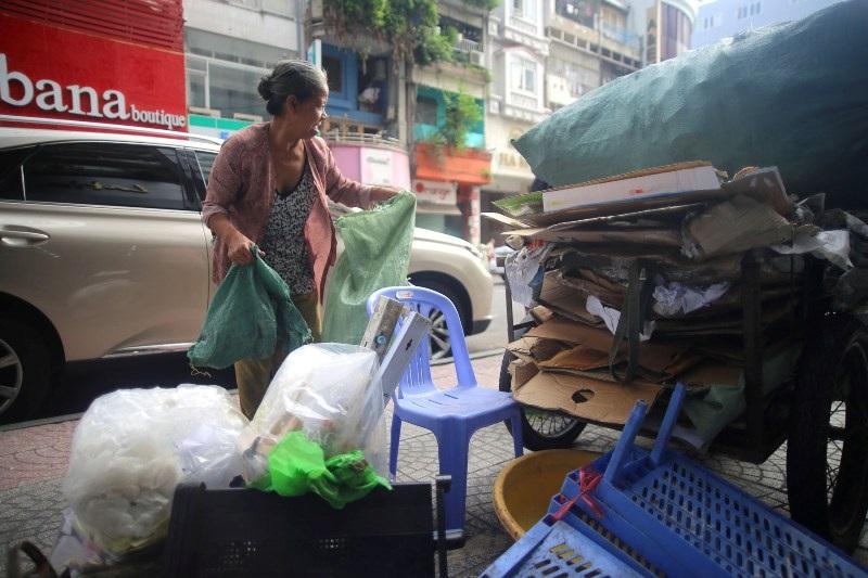 Để kiếm thêm thu nhập, người phụ nữ từng một thời là thanh niên xung phong phải đi lượm ve chai để lo cho cuộc sống vì con cái đều phải lo cho cháu.