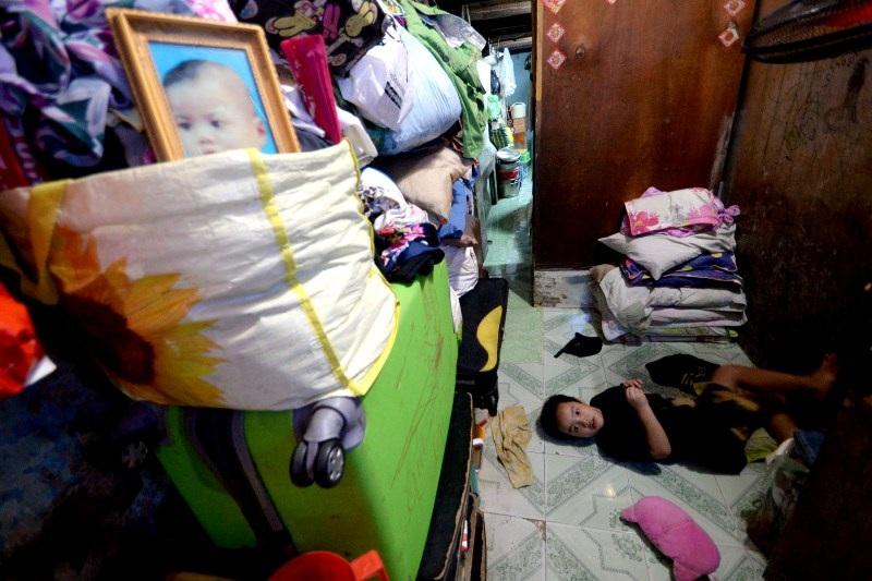 """""""Trẻ con nằm còn khó duỗi chân, người già mà ngủ suốt đêm trong nhà sáng mai đau xương khớp dữ lắm"""", bà Vân (cựu thanh niên xung phong) tâm sự."""