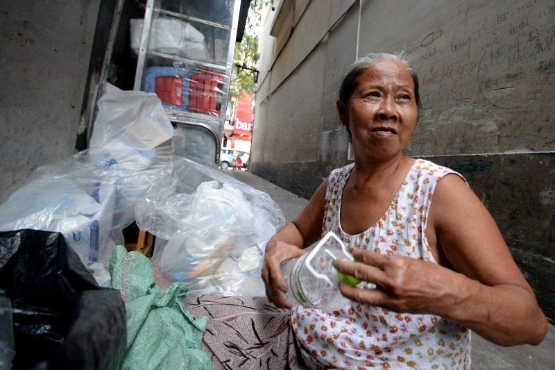 Ngày thường, con cháu bà Vân, người đi phụ quán thuê, người đi bán bánh mì ngoài vỉa hè. Bà Vân ở nhà trông mấy đứa cháu và tranh thủ lựa lại mớ ve chai hồi tối mới đi nhặt về.