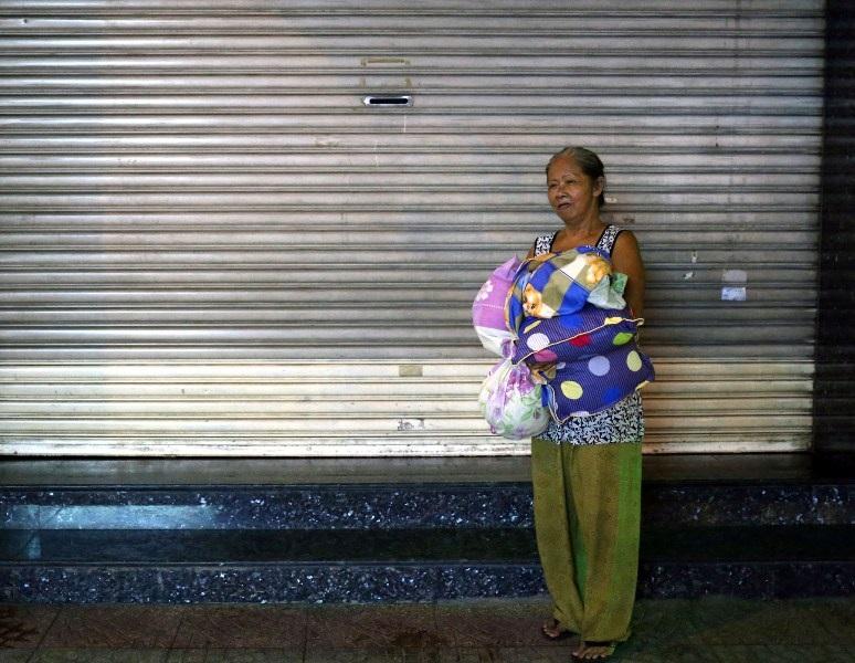 Tuổi già, nhưng ban đêm bà phải mang theo chăn gối ra ngoài đường ngủ để nhường chỗ cho mấy đứa cháu.
