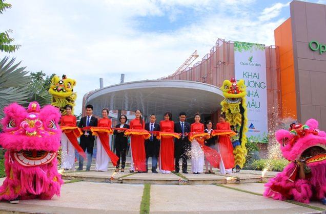 Ban Lãnh đạo Tập đoàn Đất Xanh cùng thực hiện nghi thức cắt băng khánh thành nhà mẫu Opal Garden.