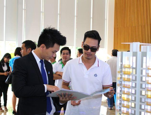 MC Phan Anh dành sự quan tâm đặc biệt khi tớitham quan căn hộ mẫu Opal Garden