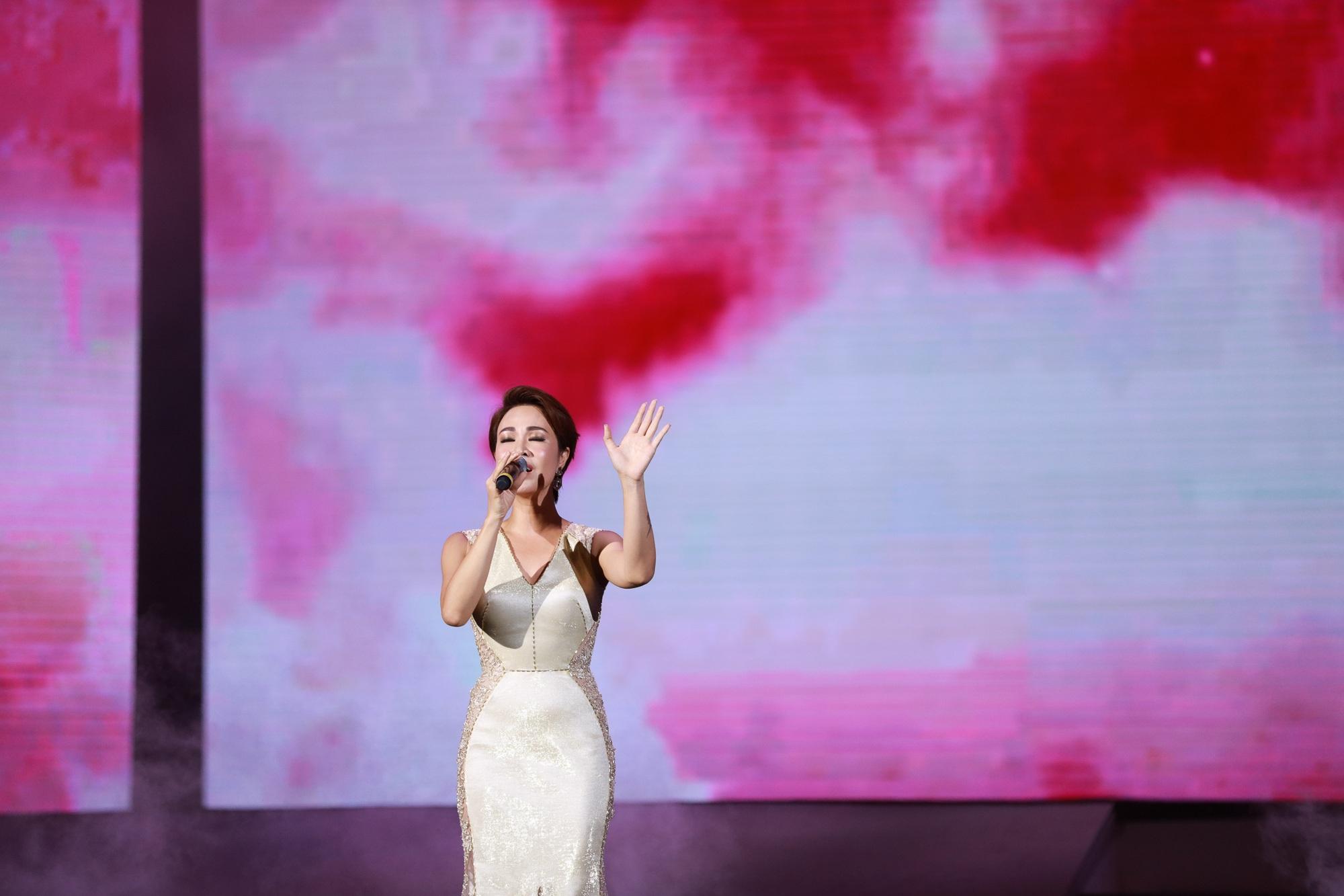 """Uyên Linh phiêu cảm xúc trong """"Cảm ơn tình yêu"""". Những nốt cao, ngân dài trong phần trình diễn của Uyên Linh nhận được nhiều tràn vỗ tay khen ngợi của khán giả"""