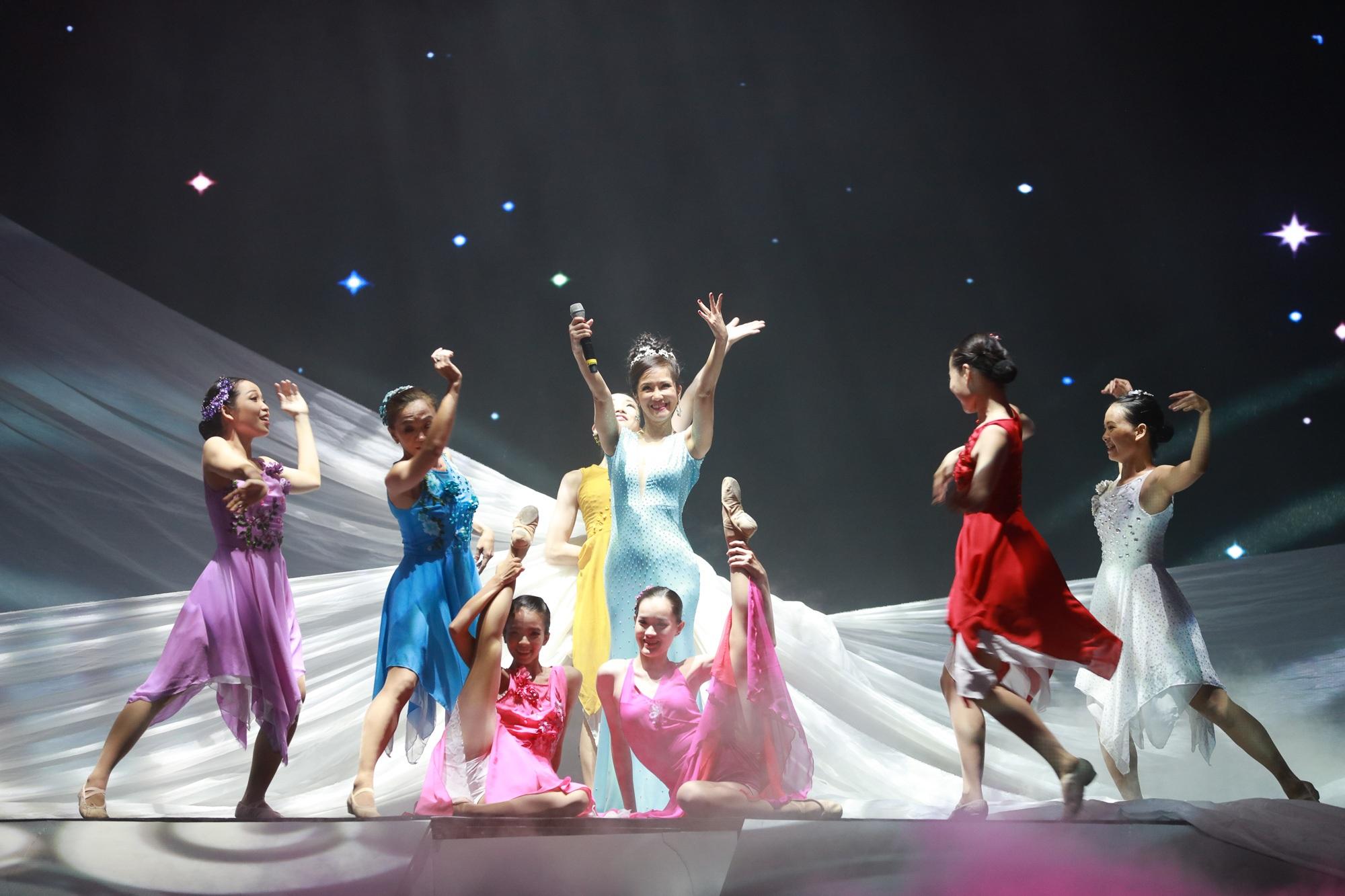 Màn biểu diễn trẻ trung, sôi động của Hồng Nhung được khán giả cổ vũ nồng nhiệt