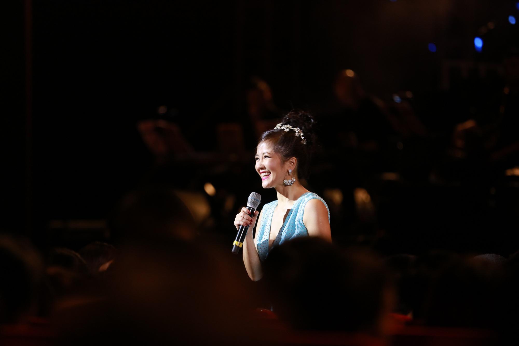 Thân thiện và gần gũi khi giao lưu với khán giả, Hồng Nhung chia sẻ, cô hạnh phúc khi được chia sẻ tiếng hát và cảm xúc đến khán giả để cuộc sống trở nên giàu có và hạnh phúc trọn vẹn