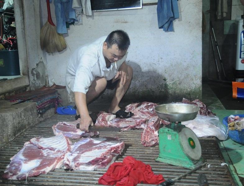 Heo được giết mổ ngay dưới sàn nhà dơ bẩn, không đảm bảo vệ sinh tại một cơ sở giết mổ lậu bị bắt quả tang tại huyện Xuân Lộc.
