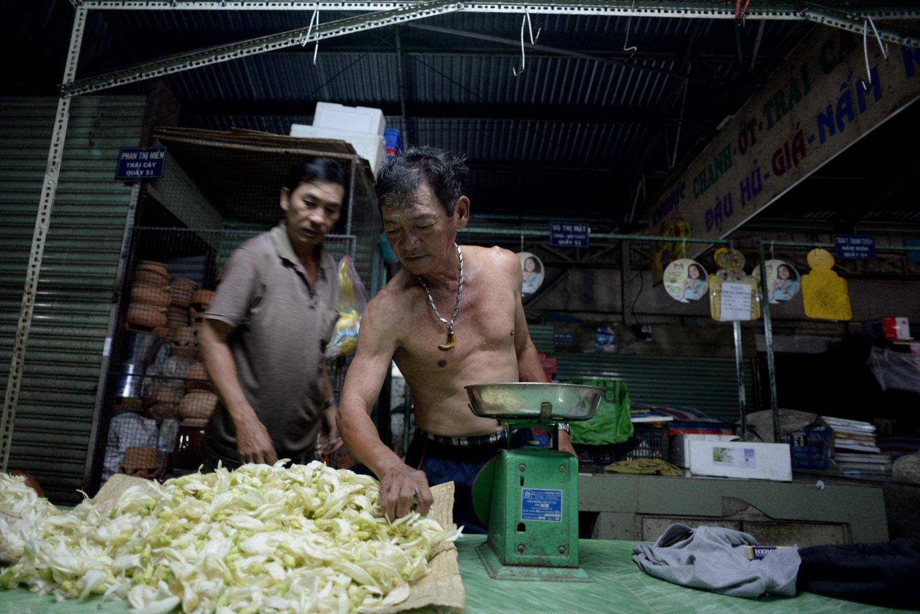 """""""Các anh, chị chủ trong chợ còn thương tôi còn tạo công việc cho tôi làm là tôi vui lắm. Dù tôi có số tiền lớn, nhưng họ vẫn vui vẻ với tôi như bao nhiêu năm trước đây"""". Ông Bảy chia sẻ."""