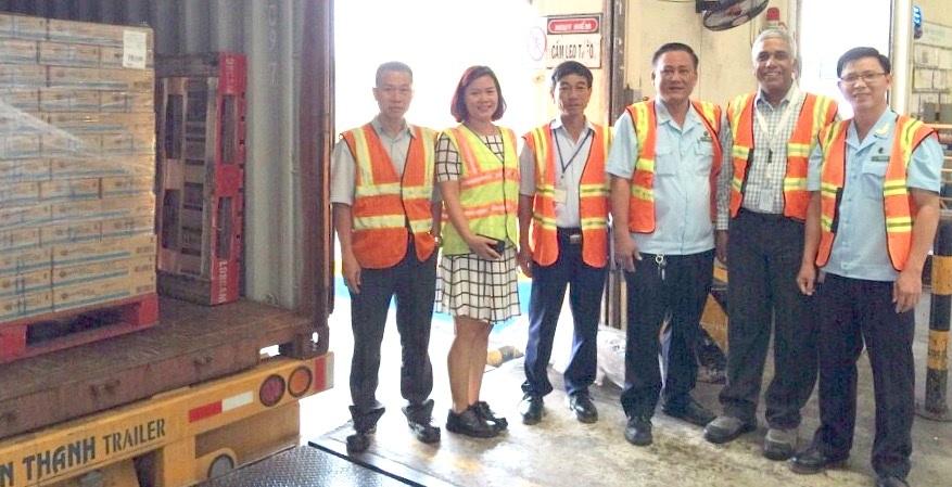 Hải quan Bình Dương làm việc với lãnh đạo nhà máy kiểm tra lô hàng đầu tiên xuất đi Hồng Kông