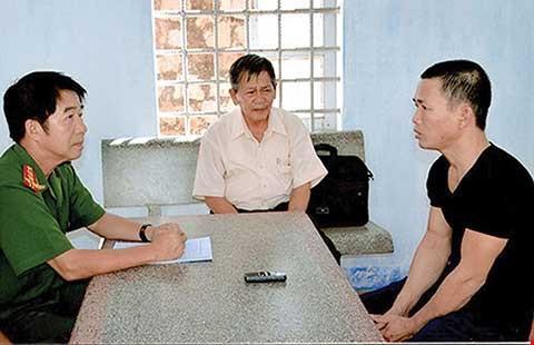 Bị can Thọ đang khai báo tại cơ quan điều tra (trái) với sự chứng kiến của luật sư (ảnh CQĐT cung cấp)