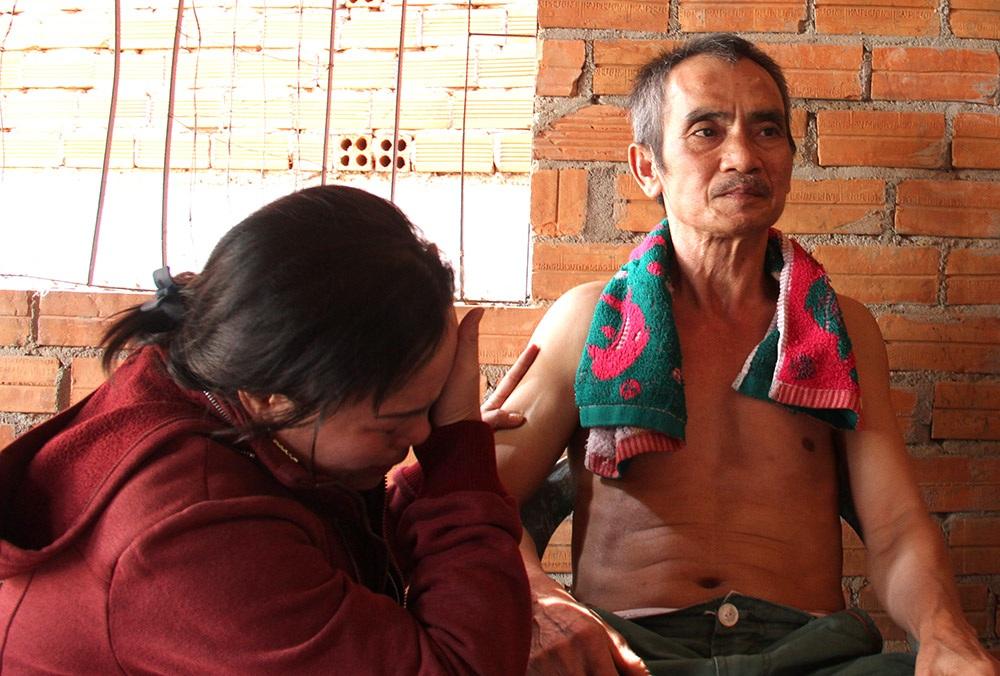 Ông Nén và vợ bức xúc về nỗi oan sai mình đã gánh (ảnh: Trung Kiên)