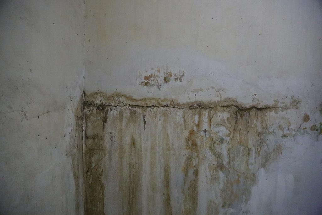 Nghiêm trọng nhất là toàn bộ hệ thống nước, điện của chung cư được thiết kế âm tường, sau nhiều năm sử dụng, ống bị mục nên nước từ trong tường chảy lênh láng ra hành lang, tràn xuống những căn hộ lầu dưới.