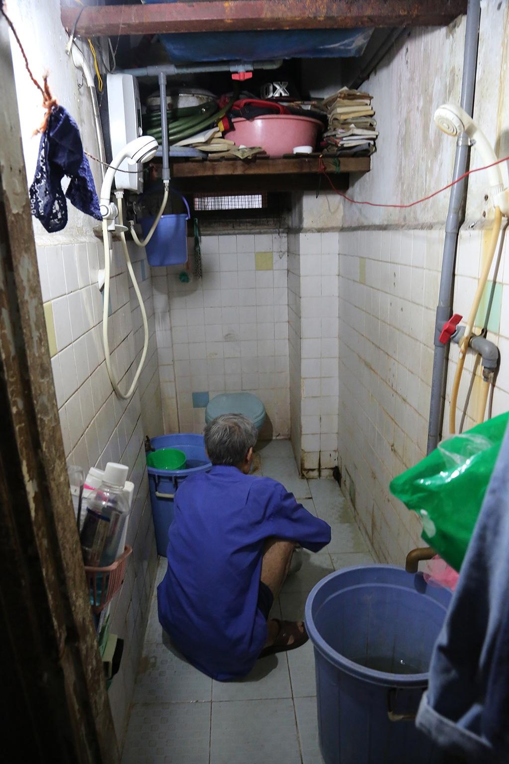 """""""Nhiều đêm đang ngủ gặp trời mưa to cả nhà thức giấc vì nước dột xuống, phải tìm xô chậu để hứng"""" một cư dân sống tại căn hộ tầng 3 chung cư Lam Sơn cho biết."""