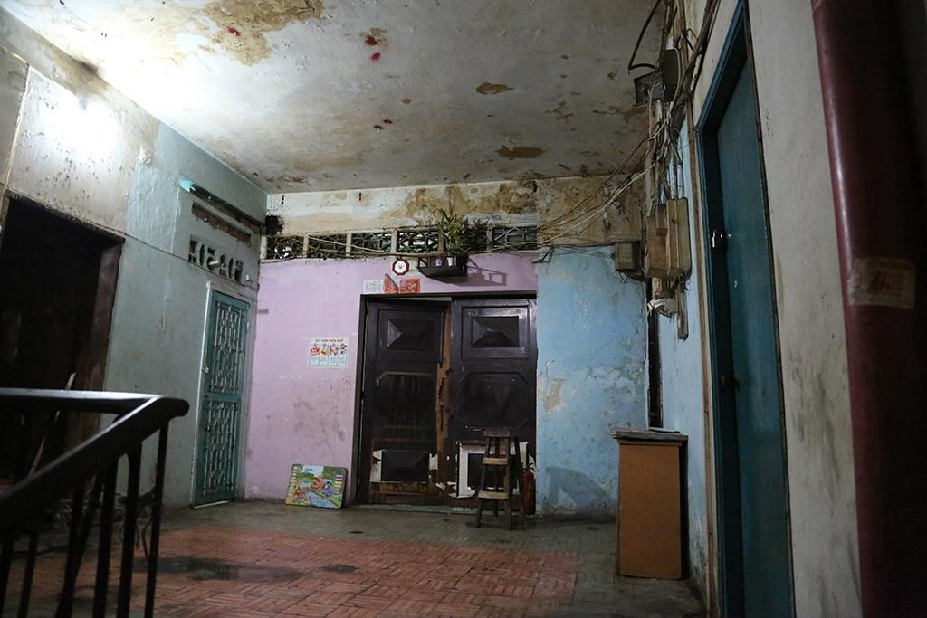 Một căn hộ tại tầng 3 chung cư xuống cấp, mục nát
